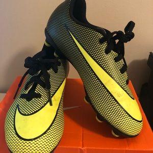 Nike Bravata II- Soccer Cleats. Boys Size 1.5Y